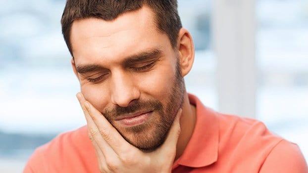 Rottura traumatica di uno di dischi intervertebrali al livello di reparto cervicale